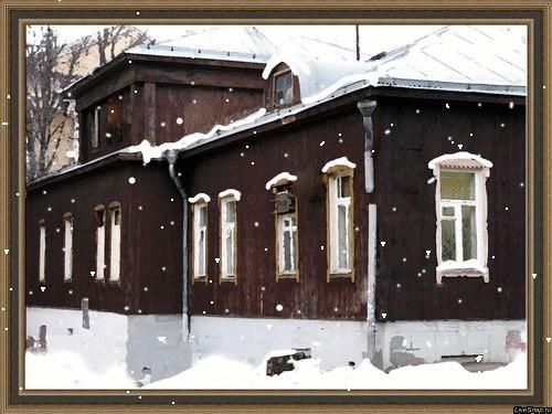 старый дом в раме и снег
