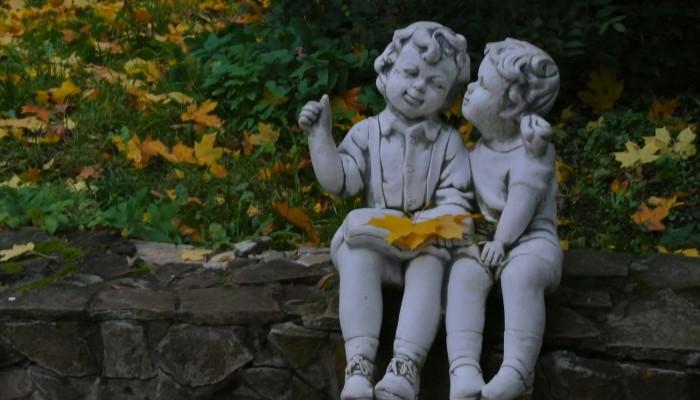 дети в розарии