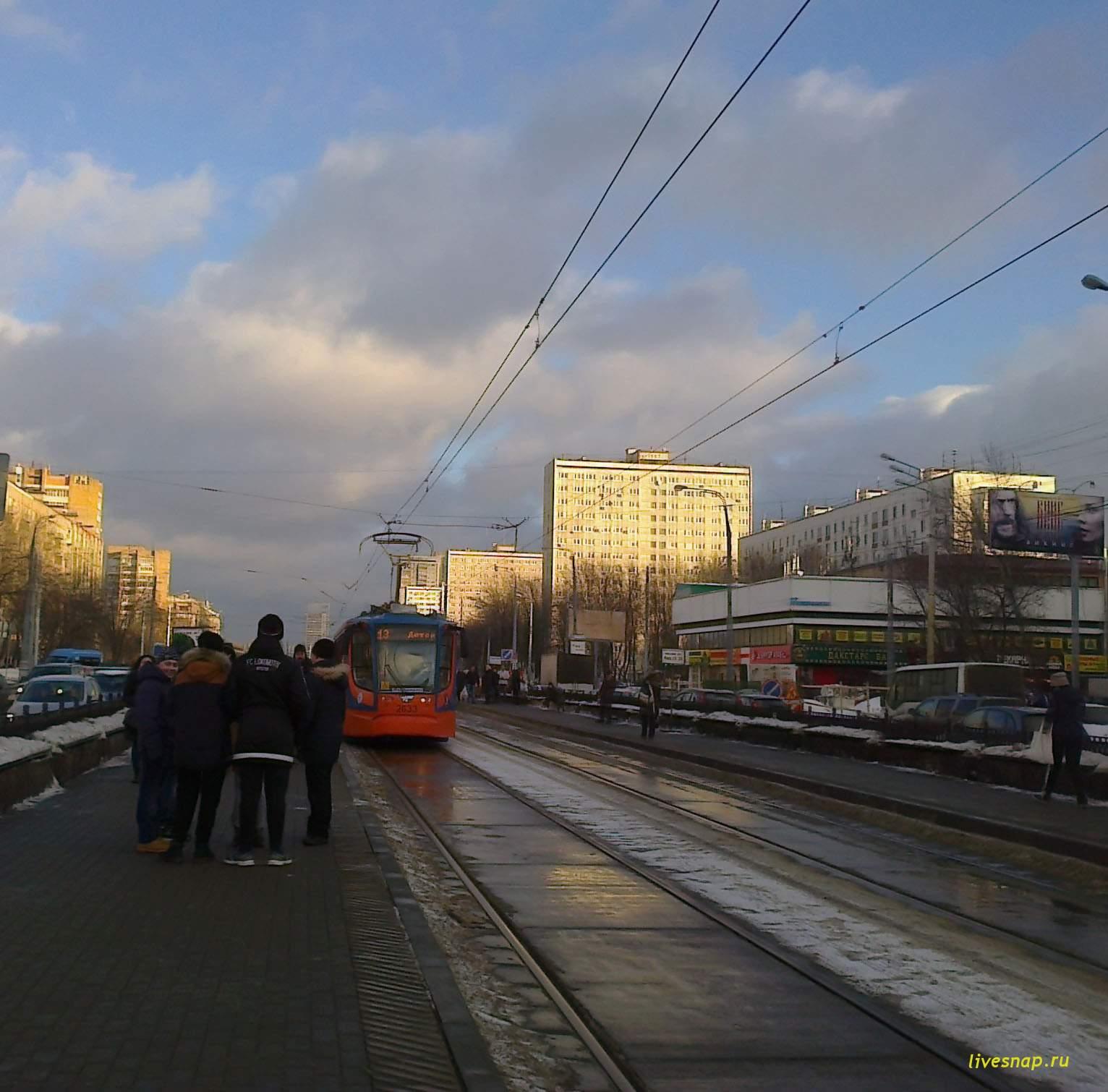 группа у трамвая