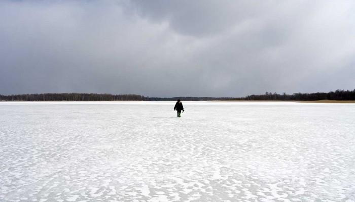 один на льду пруда