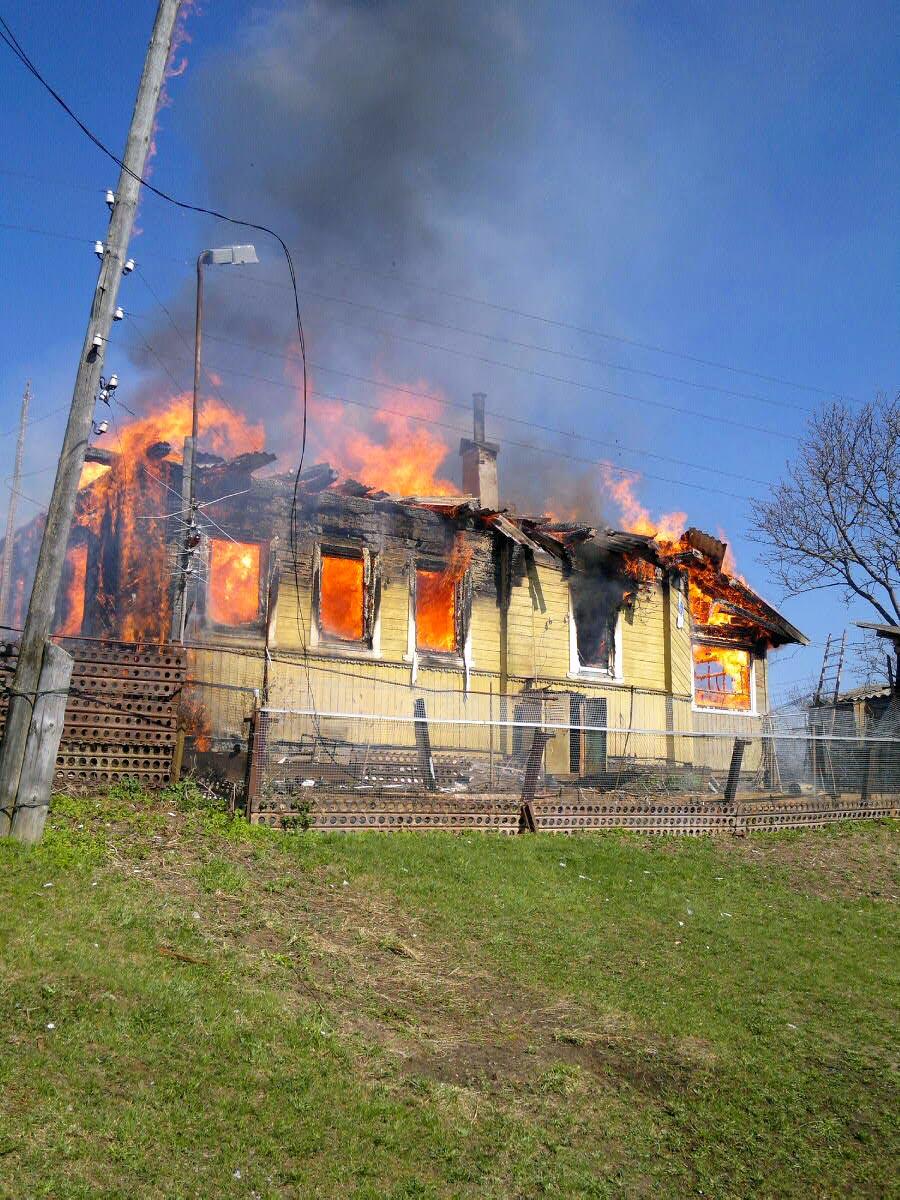 горит дом на хуторе  Деревня