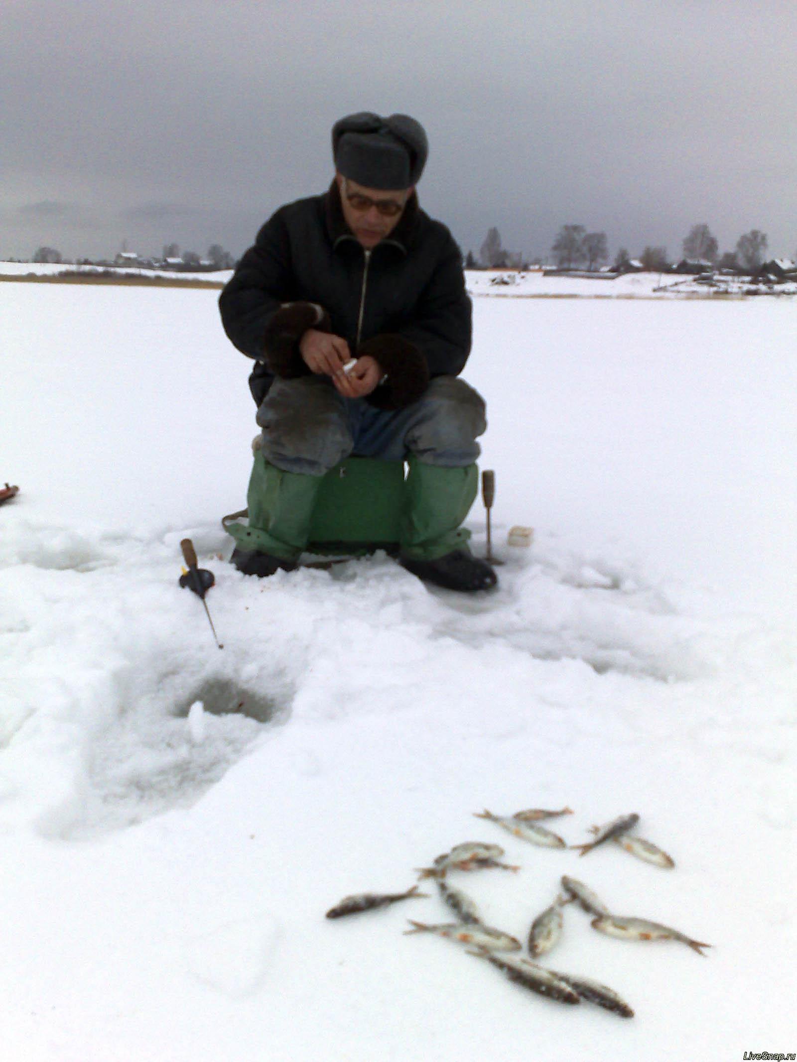 рыбак на льду  Деревня