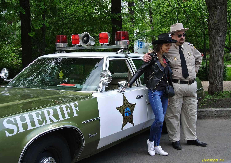 шериф с девушкой