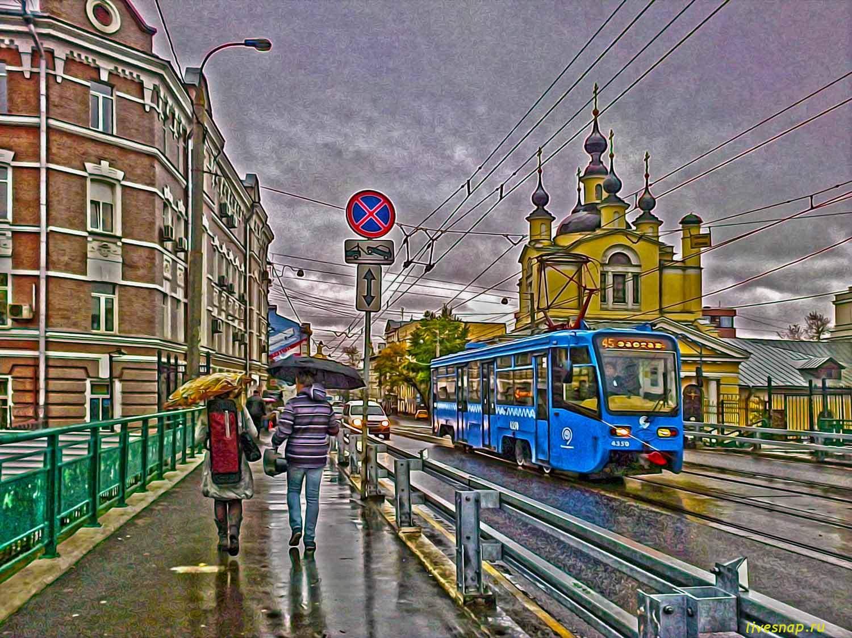 трамв и пара в дождь